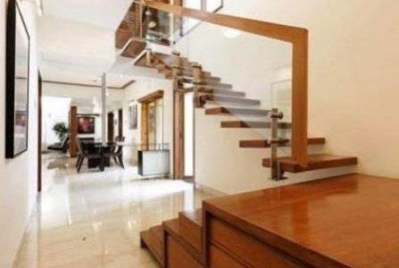 Escada em madeira.