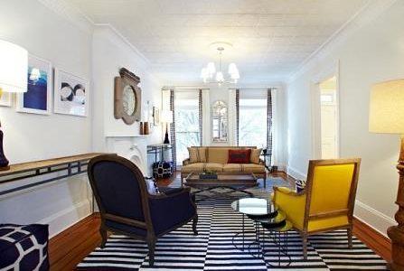 Decoração de sala de estar com tapete listrado.