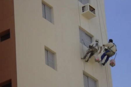 Pintando a fachada de edifício.
