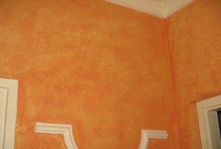 Pintura de sala de estar com parede esfumaçada cor de laranja.