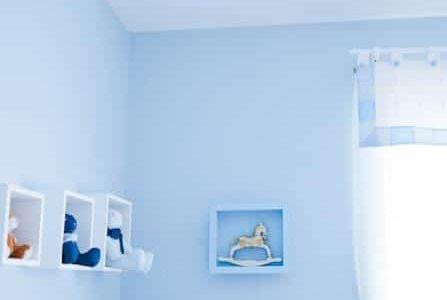 Pintura de quarto para bebé com paredes azul.