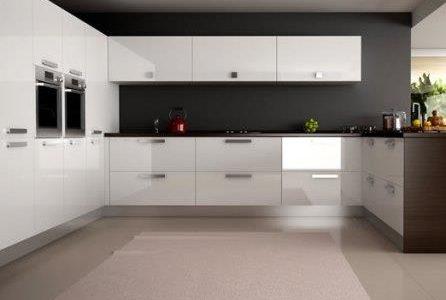 Remodelação de cozinha com móveis lacados alto brilho.