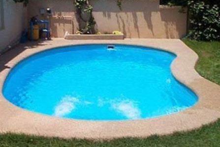 Construção de piscina de fibra.
