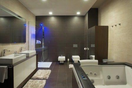 Remodelação de casa de banho moderna com banheira de hidromassagem.