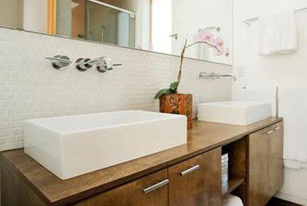 Remodelação de casa de banho com dois lavatórios retangulares e móvel personalizado.