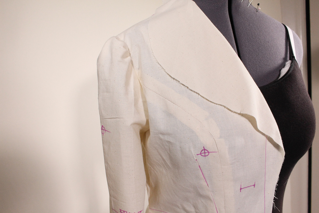 Princess seam detail along with large lapel and shoulder detail. This 1948 retro Vintage Vogue 9280 fitting tutorial will help this piece fit.   Vintage on Tap
