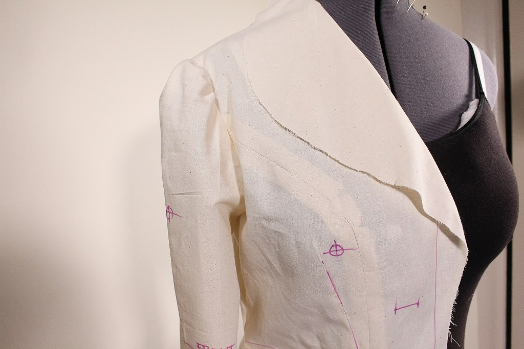 Princess seam detail along with large lapel and shoulder detail. This 1948 retro Vintage Vogue 9280 fitting tutorial will help this piece fit. | Vintage on Tap