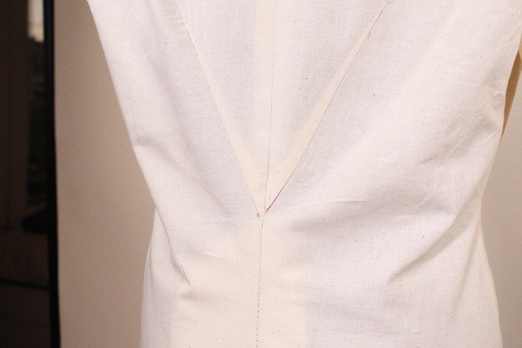 Center back dart for inverted pleat on Retro V9280. Muslin tutorial for sewing this garment to fit. | Vintage on Tap