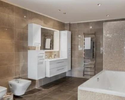 Remodelações de casas de banho com móveis suspensos e toalheiro aquecido.