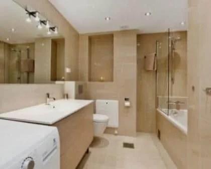 Remodelações de casas de banho com teto falso hidrófugo e iluminação através de spots.