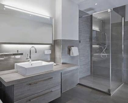 Remodelações de casas de banho com base de duche com resguardo em vidro temperado.