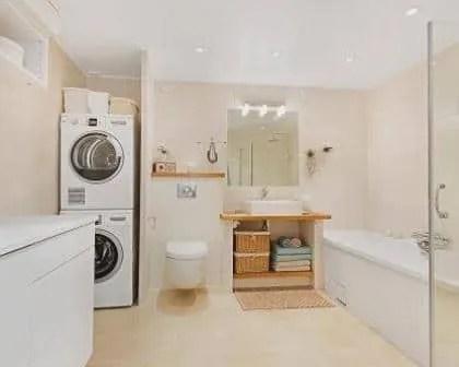 Remodelações de casas de banho com espaço para lavandaria.