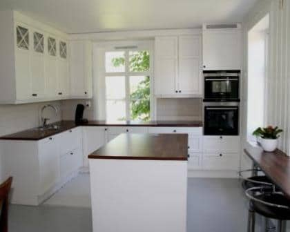 Remodelações de cozinhas com móveis superiores até ao teto.