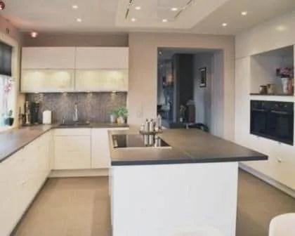 Remodelações de cozinhas com ilha e móveis lacados a branco alto brilho.