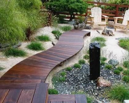 Remodelações de exteriores: caminho suspenso em deck de madeira.