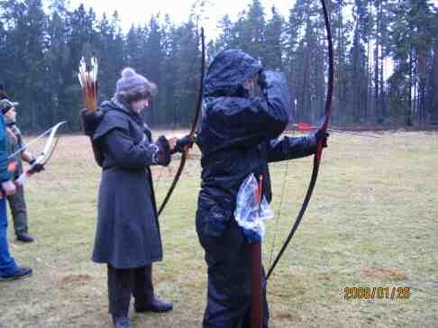 Malin och Rebecka skjuter in, så gott det går i regnet.