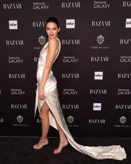 Kendall-Jenner-flaunted-her-glamorous-dress-Harper-Bazaar