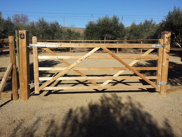 Vinuesa vallas cercados valla tejana y puerta vinuesa for Puertas para cercados
