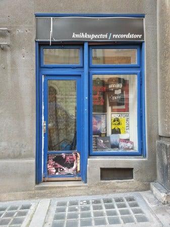 Schaufenster von Rekomando Record Store in Prag