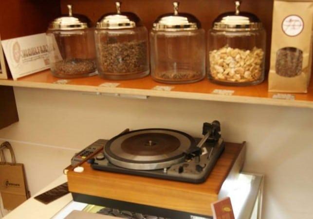 Plattenspieler in der Chocolaterie Wohlfarth