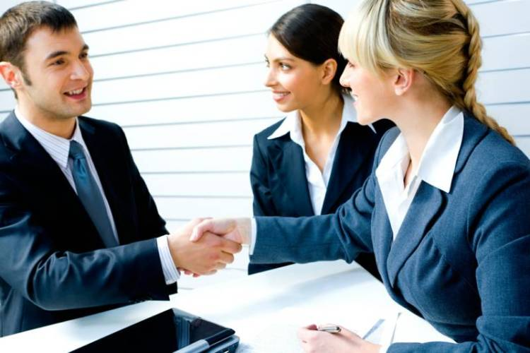 profesionales-con-un-cliente-satisfecho-vinylia