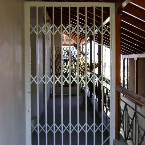Aquí se han dividido dos balcones con ballesta de seguridad plegable Viometaloumin.