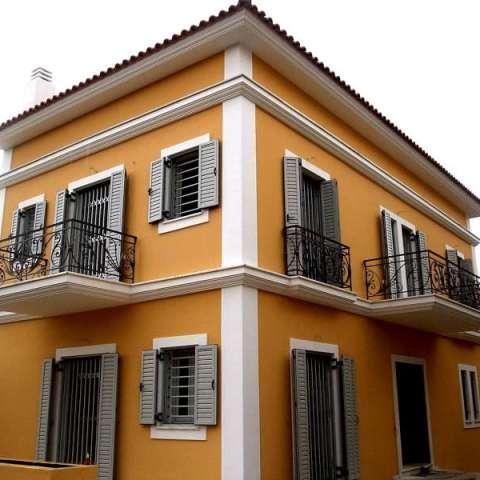 Ballestas y rejas de seguridad correderas en puertas y ventanas de una vivienda unifamiliar.