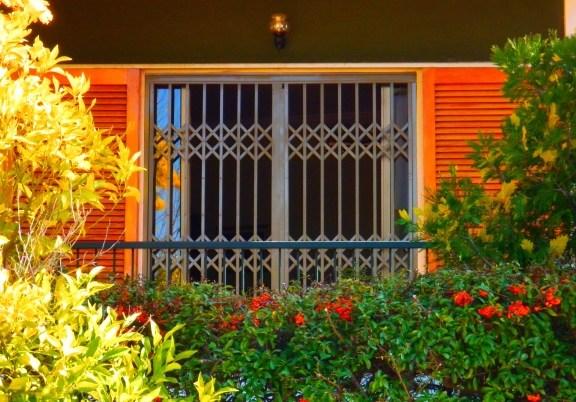 Retractable steel security gate for door Type 90
