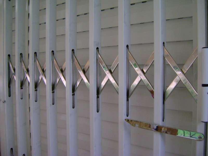 Πτυσσόμενα κάγκελα ασφαλείας για πόρτες, παράθυρα ή βιτρίνες καταστημάτων