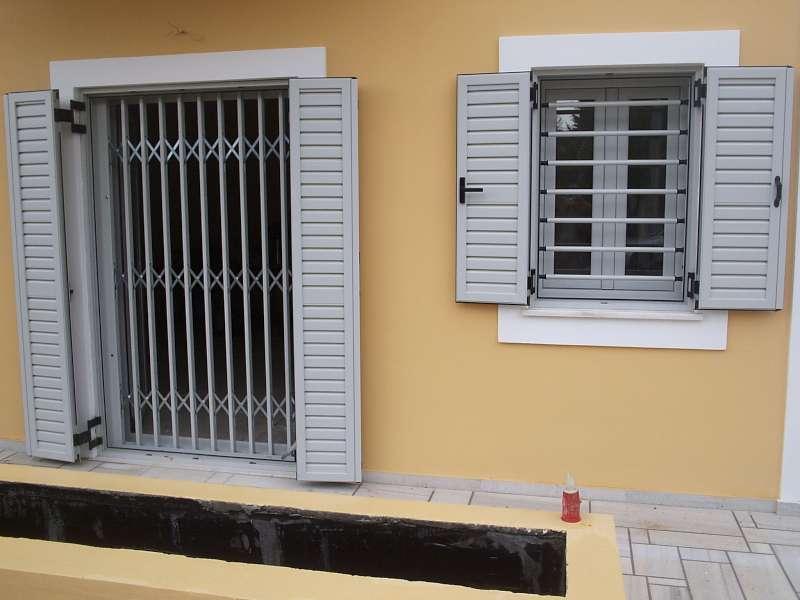 Μπάρες ασφαλείας στα παράθυρα και συρόμενα κάγκελα ασφαλείας στις πόρτες