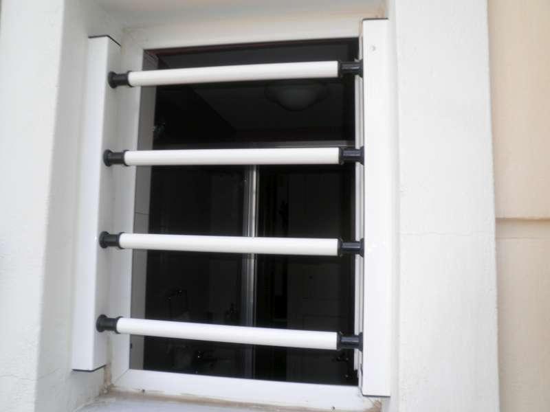 Τοποθέτηση σταθερής μπάρας ασφαλείας σε παράθυρο υπνοδωματίου.