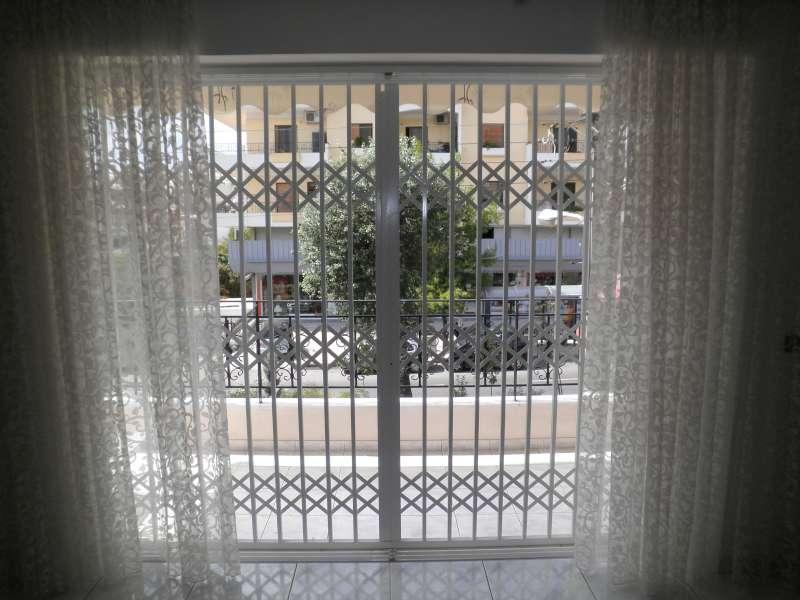 Πτυσσόμενη πόρτα ασφαλείας σε μπαλκονόπορτα Α' ορόφου στο Χαλάνδρι.