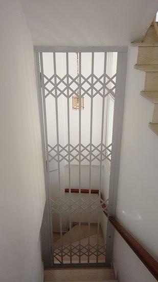 Τοποθέτηση του προϊόντος πτυσσόμενη ασφάλεια με διπλές λάμες χάλυβα – T 90 σε εσωτερική σκάλα