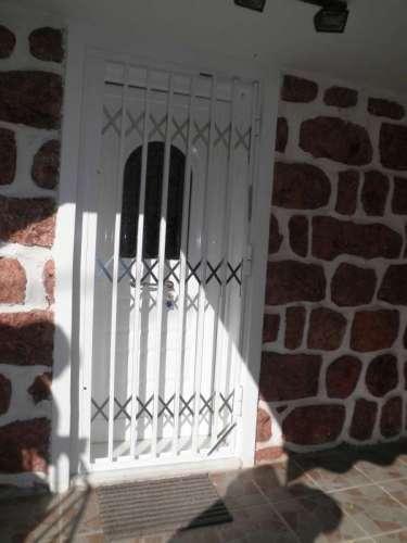 Πτυσσόμενη ασφάλεια Τ-100 σε είσοδο οικίας