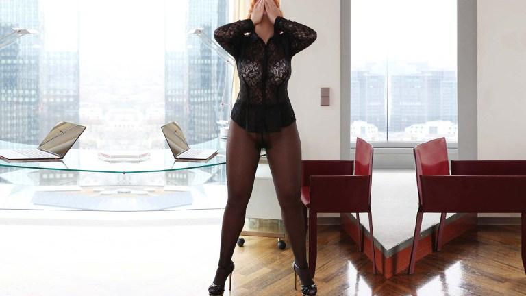 Sofia Kurtisane Deluxe mit großem Hintern und schönen Brüsten in Nilons und High Heels im Büro