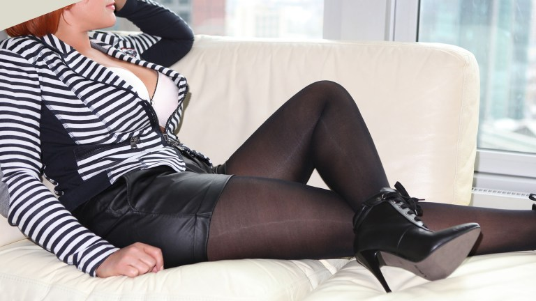 Sofia Begleitdame für VIP Gentlemen im sexy Look mit großem Dekolleté in der Arbeitspause auf der Couch