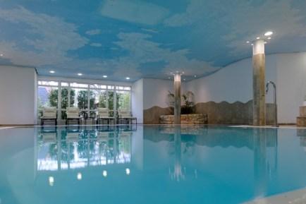 Der Pool ist großzügig und bietet viel Platz zum Schwimmen