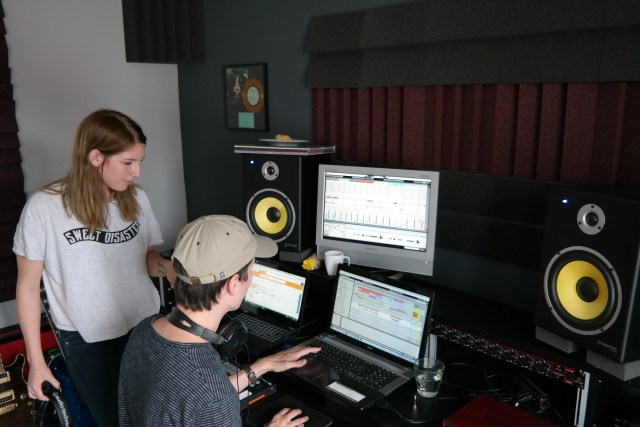 Sarah en Raf (cyran records) checking the new mix