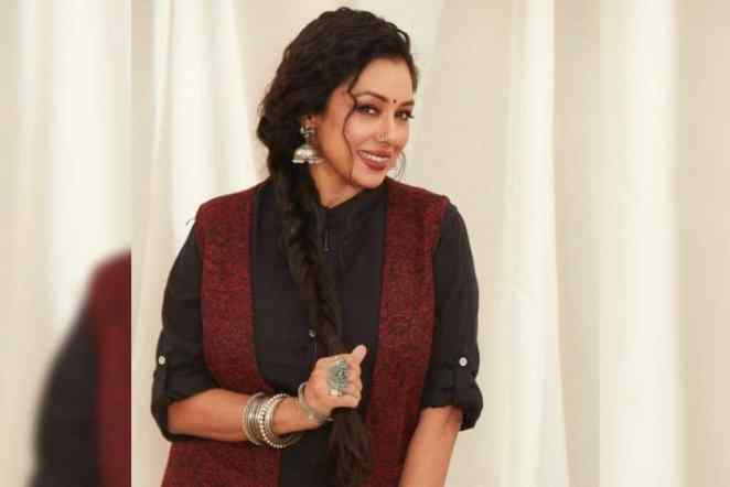 Rupali Ganguly Caught On Camera While Taking A Nap On The Set