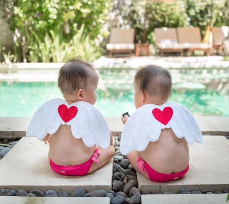 13-twin-angels-in-poolside