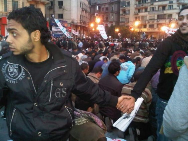 8-christians-protect-muslims-during-prayer-in-the-midst-of-the-2011-uprisings-in-cairo-egypt