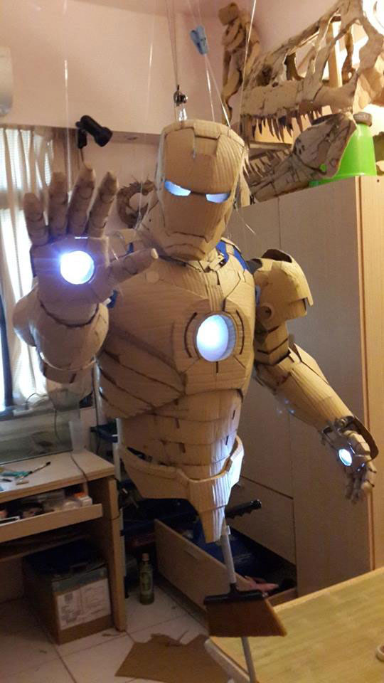 Iron man van karton geeft licht