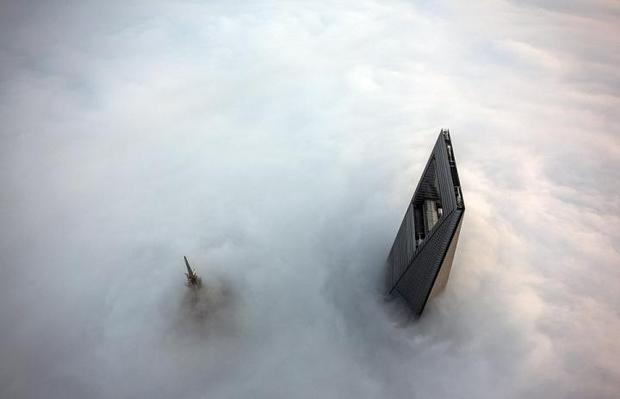 Gebouwen door mist in Shanghai
