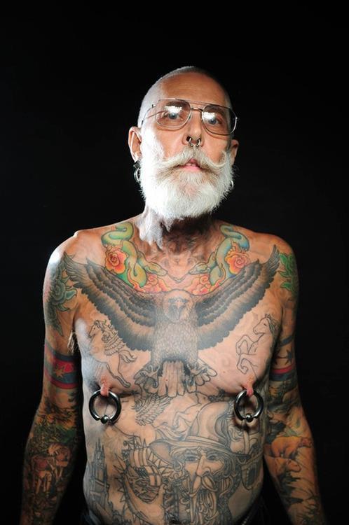 Senioren met tattoos en piercings