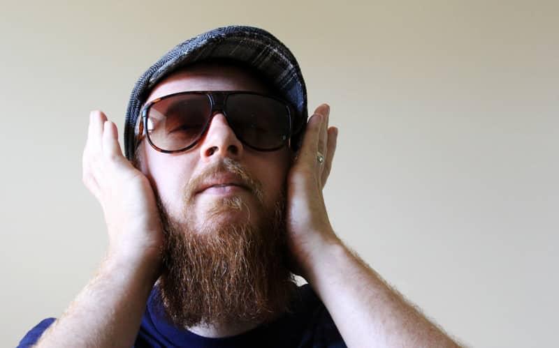 Comience por los lados de su barba y cubra ligeramente los pelos.