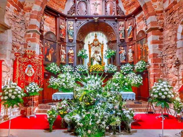 Altar de Santa María con Nuestra Señora del Collado, ricamente engalanado por la Ofrenda Floral por la Festividad de la Asunción, 2019