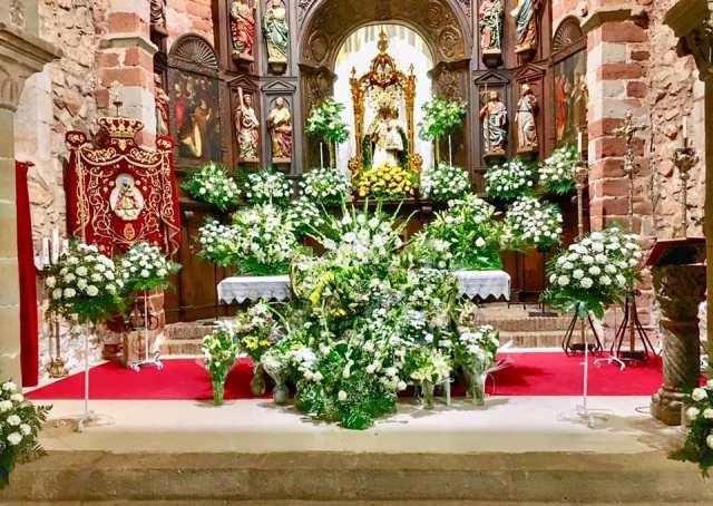 Santísima Virgen del Collado Coronada, en su santuario de Santa María arropada de las flores de sus devotas y devotos.
