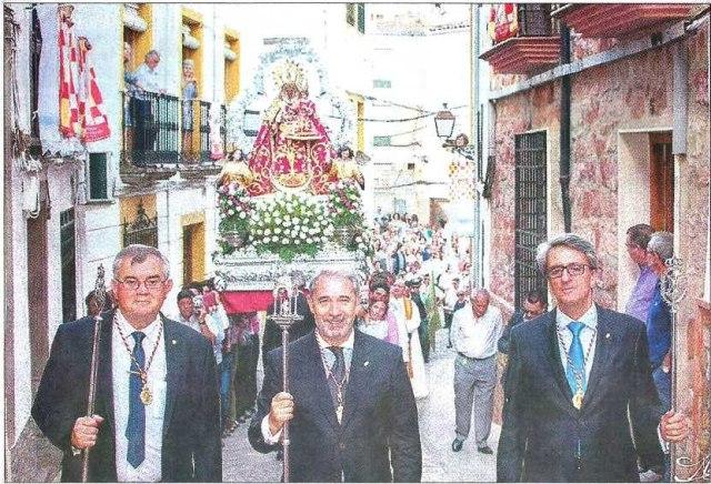 ARCHIVO. Francisco Armijo, flanqueado por Esteban Medina y Deogracias Soriano, con la Virgen del Collado.