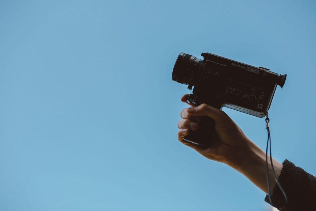 Siamo nell'era tecnologia dell'iper-connessione ed divoriamo con gli occhi immagini e video brevi in ogni secondo. Siamo bombardati di informazioni tramite le piattaforme social e in tv. Ma come fare a distinguersi? L'unica soluzione è ricorrere al video! Ecco i vantaggi di uno spot video per promuovere la tua azienda.