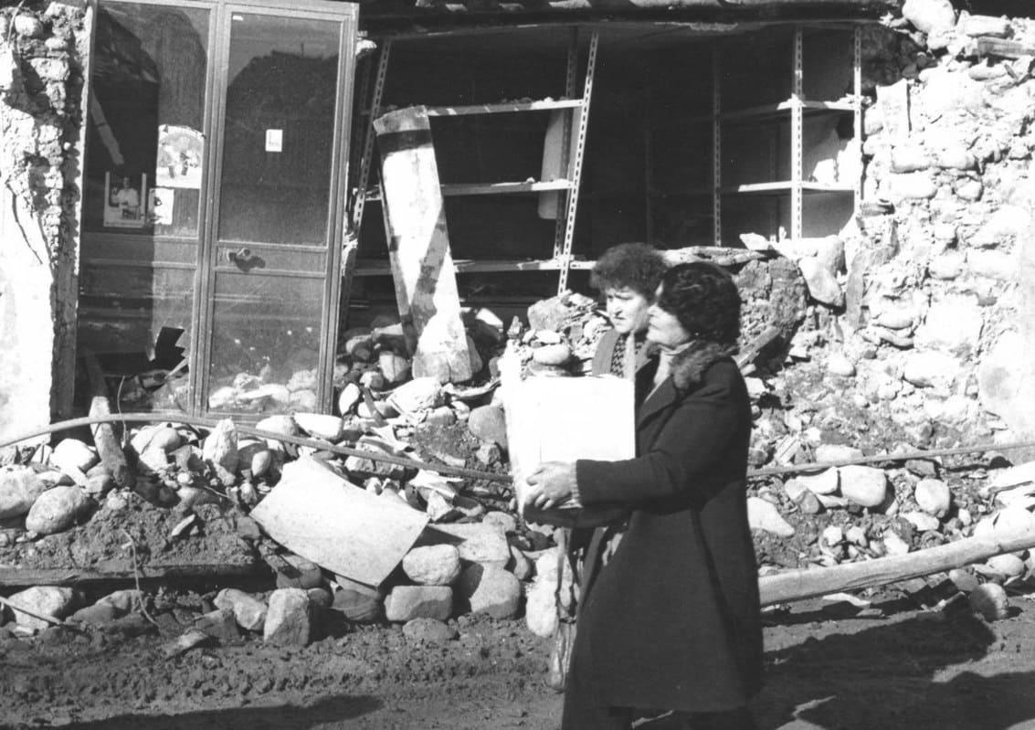 Terremoto Irpinia 1980, donne con spesa tra le maceria
